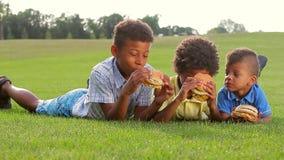 Trzy chłopiec jedzą zbiory