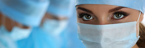Trzy chirurga przy pracy działaniem w chirurgicznie theatre obraz royalty free