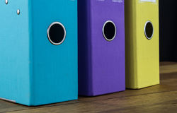 Trzy colourful dźwignia łuku kartoteki na biurku zdjęcie royalty free