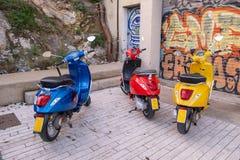 Trzy colourful retro hulajnogi stoi obok each inny na ulicie w Barcelona, Hiszpania fotografia royalty free