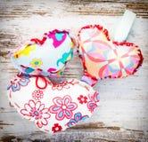 Trzy colourful serca na rocznika drewnie Zdjęcia Royalty Free