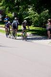 Trzy cyklistów prowadzenie przy Stillwater Criterium fotografia royalty free