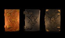 Trzy czarnej magii książki w ciemności Obrazy Royalty Free