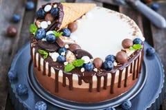 Trzy czekoladowego mousse tort dekorujący z gofra rożkiem, świeży bl Obrazy Royalty Free