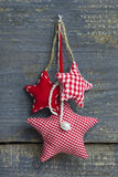 Trzy czerwonego białego w kratkę handmade bożego narodzenia grają główna rolę obwieszenie na a Fotografia Stock