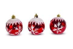 Trzy czerwonej boże narodzenie piłki w rzędzie, nowy rok dekoracja, odizolowywająca Fotografia Stock