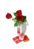 Trzy czerwonej róży w srebnej prezent torbie i prezentów pudełkach Zdjęcia Royalty Free