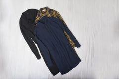 Trzy długiej koszula na drewnianym tle modny pojęcie zdjęcia stock