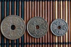 Trzy Dani monet wyznanie jest 5, 2 i 1 krone, - tylnej strony kłamstwo na drewnianym bambusa stole, dobrym dla tła lub postca (ko Obraz Royalty Free