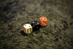 Trzy dices na stole zdjęcie stock