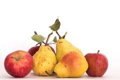 Trzy dojrzałego kolor żółty skinned czerwieni jabłka, bonkrety, świeżego organicznie pięknego studio strzał z trzonem i zieleń li Zdjęcie Stock