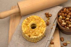 Trzy domowej roboty round torta z zdruzgotanymi dokrętkami Fotografia Royalty Free