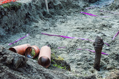Trzy drymby w Earthen okopie dla robić rurociąg Fotografia Stock
