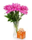Trzy dużej różowej peoni w szklanym wazy i prezenta pudełku Fotografia Stock