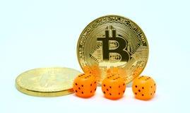 Trzy dwa monety bitcoin i kostka do gry Obrazy Stock