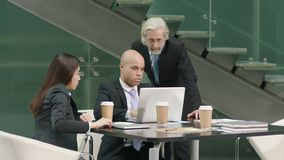 Trzy dyrektora spotyka w biurze dyskutuje biznes używać laptop zdjęcie wideo