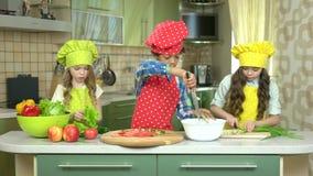 Trzy dzieciaka w kuchni zbiory