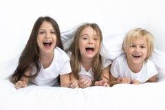 Trzy dziecka budzi się up zdjęcia royalty free