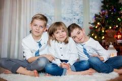 Trzy dziecka, rodzeństwa, mieć ich boże narodzenie portret zdjęcia stock
