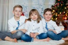 Trzy dziecka, rodzeństwa, mieć ich boże narodzenie portret obraz royalty free