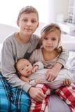 Trzy dziecka w domu zdjęcia royalty free