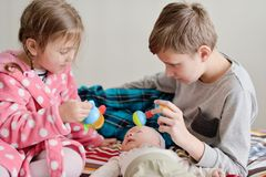 Trzy dziecka w domu obrazy royalty free