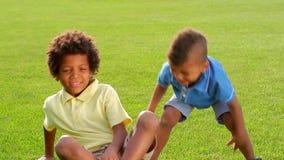 Trzy dziecka walczą na pogodnej haliźnie zbiory