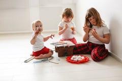 Trzy dziecko farby jajka Wielkanocnego Zdjęcia Royalty Free