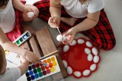 Trzy dziecko farby jajka Wielkanocnego Obrazy Royalty Free