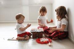 Trzy dziecko farby jajka Wielkanocnego Fotografia Stock