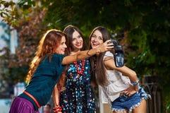 Trzy dziewczyn fotografować obrazy royalty free