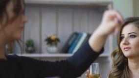 Trzy dziewczyn napoju piękny szampan i otuchy Kobiety ma zabawa śmiech w sypialni zbiory