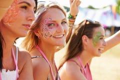 Trzy dziewczyna przyjaciela przy festiwalem muzyki, jeden obracali kamera Zdjęcia Stock
