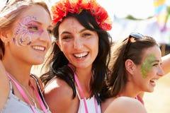 Trzy dziewczyna przyjaciela przy festiwalem muzyki, jeden obracali kamera Obraz Royalty Free