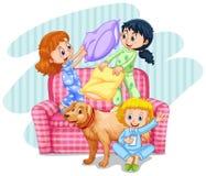 Trzy dziewczyny bawić się poduszki walkę na kanapie Zdjęcie Royalty Free