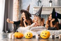 Trzy dziewczyny iść na Halloween, grymas robią selfie Fotografia Royalty Free
