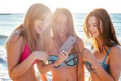 trzy dziewczyny ma zabawę na plaży Obraz Royalty Free