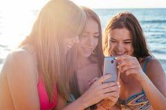 trzy dziewczyny ma zabawę na plaży Fotografia Royalty Free