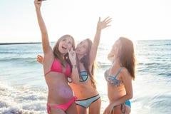 trzy dziewczyny ma zabawę na plaży Fotografia Stock
