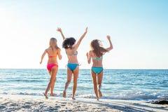 trzy dziewczyny ma zabawę na plaży Zdjęcia Royalty Free