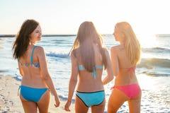 trzy dziewczyny ma zabawę na plaży Obrazy Royalty Free