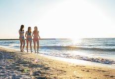 trzy dziewczyny ma zabawę na plaży Zdjęcie Stock