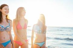 trzy dziewczyny ma zabawę na plaży Zdjęcie Royalty Free