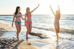 trzy dziewczyny ma zabawę na plaży Zdjęcia Stock