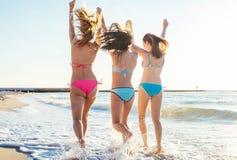 trzy dziewczyny ma zabawę na plaży Obraz Stock