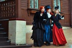 Trzy dziewczyny stoi blisko domu Fotografia Stock