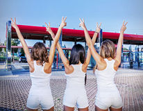 Trzy dziewczyny z znakiem zwycięstwo Zdjęcie Stock