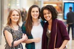 Trzy Żeńskiego przyjaciela Robi zakupy W centrum handlowym Wpólnie Zdjęcia Stock