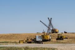 Trzy ekskawatorów dragline jeden i jeden buldożer rozmontowywał ekskawator obraz stock