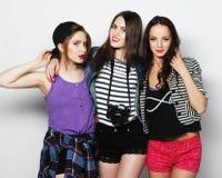 Trzy eleganckiego seksownego modniś dziewczyn najlepszego przyjaciela Fotografia Stock